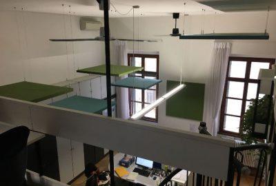 Pannelli fonoassorbenti sospesi su ambiente a doppia altezza